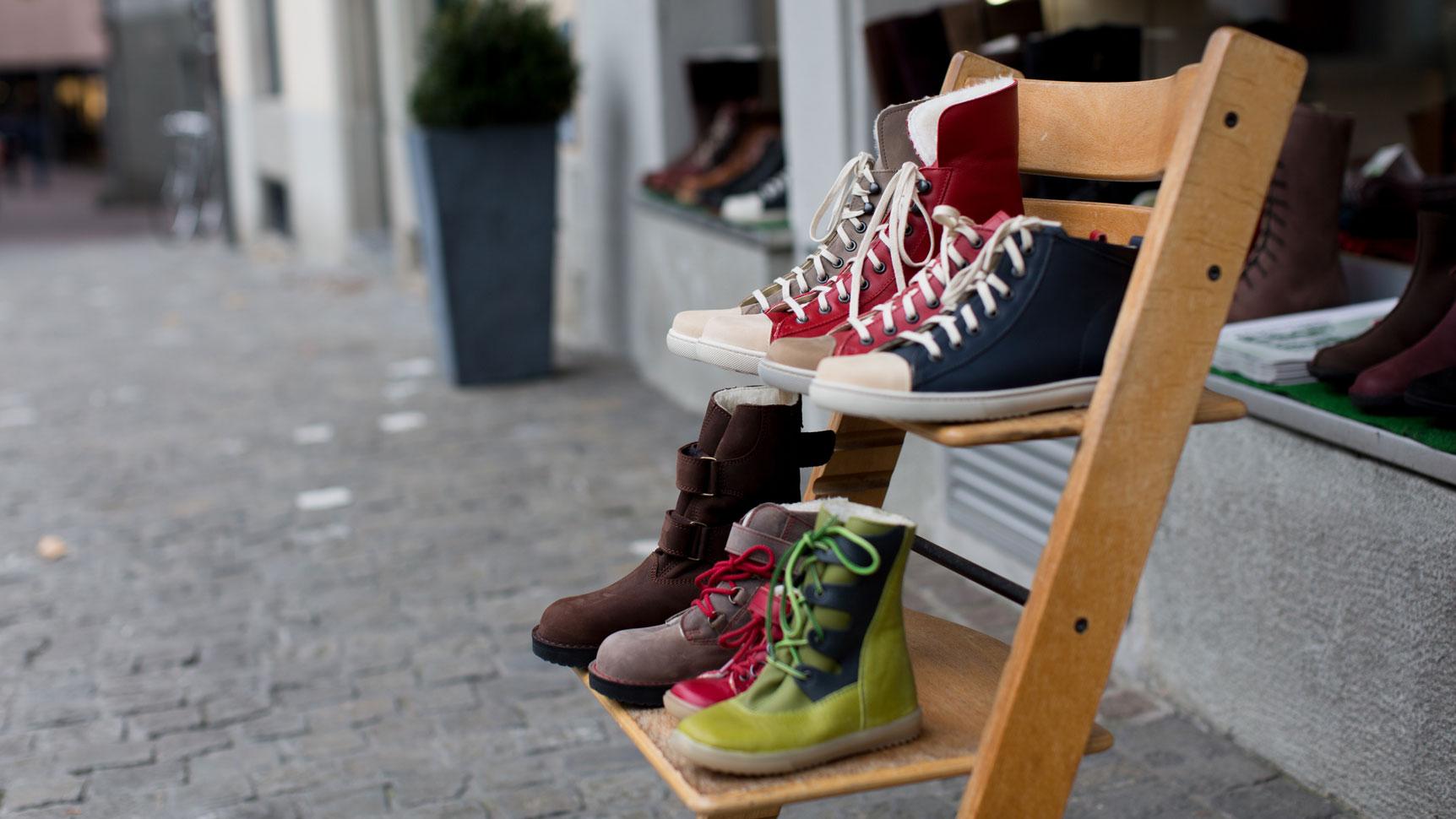 Familienberatung Schuhe auf Stuhl